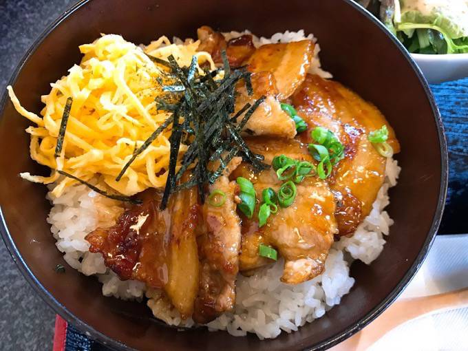 リーズナブルでボリューム満点!『茶美豚かば焼き丼』は絶品!上質な肉にこだわった焼肉専門店「花くら」