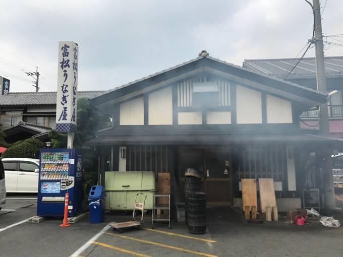 富松うなぎ屋 黒田本店 うなぎの香りの煙が漂う
