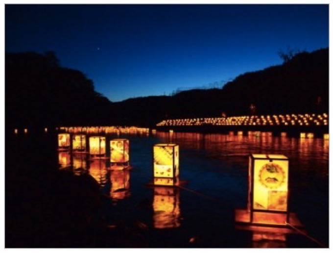第25回 八女上陽万灯流し 星野川に約300個の灯篭を流す夏の恒例行事