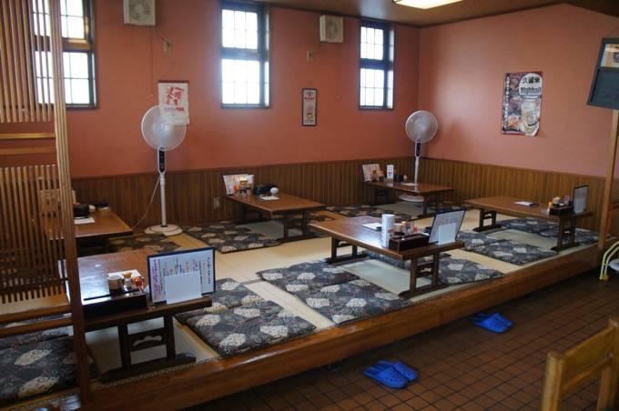 極虎餃子(ウルトラギョーザ)西鉄久留米店 座敷 入口k側から