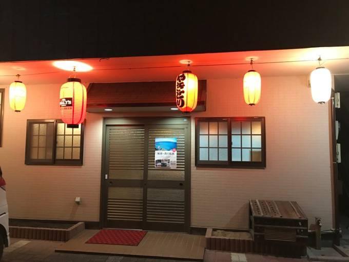 極虎餃子(ウルトラギョーザ)西鉄久留米店 夜の店舗外装