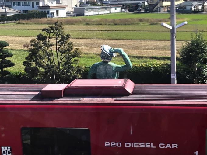 JR田主丸駅のカッパの像と電車