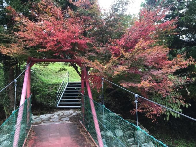 山田水辺公園赤い橋と紅葉