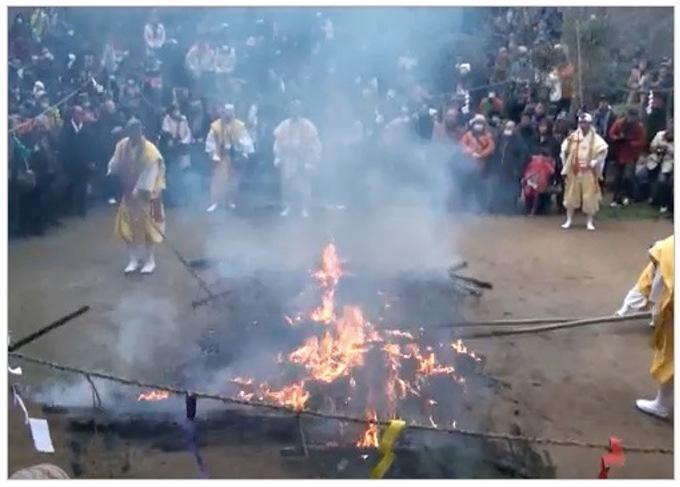 2018年1月17日(水)、福岡県小郡市横隈にある如意輪寺(にょいりんじ)において「如意輪寺 火渡り」が行われます。境内広場の中央に、直径2m、高さ3mほどに積み上げられたヒノキの枝葉を燃やし、その炎の中に僧たちが護摩木を投じ、ホラ貝や太鼓、鉦を打ち鳴らしながら読経を続け、無病息災、家内安全などを祈ります。
