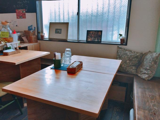 久留米市 ココチ食堂店内テーブル席