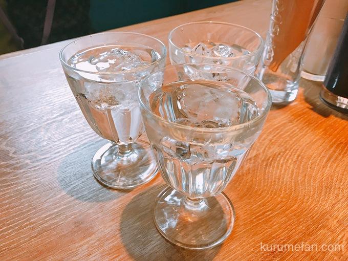 ニコとトレホの燻製ハンバーガー お水のグラス