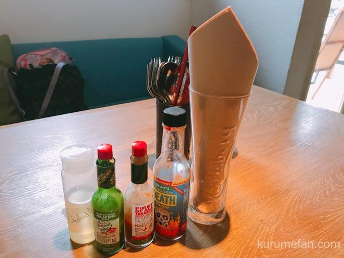 ニコとトレホの燻製ハンバーガー テーブルの上