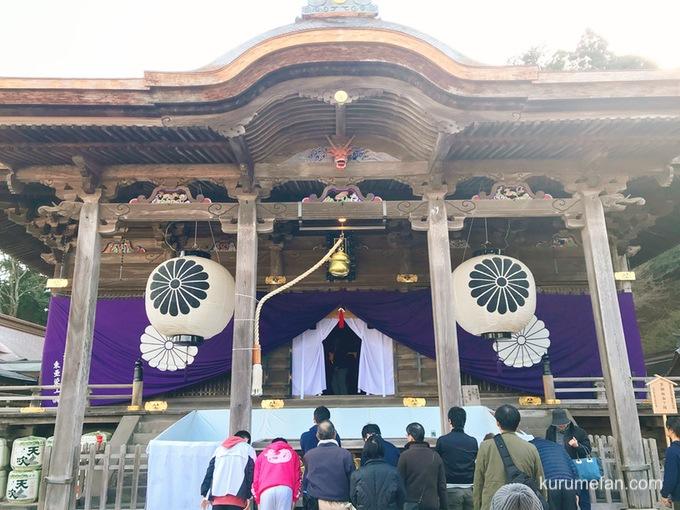 高良大社社殿で参拝