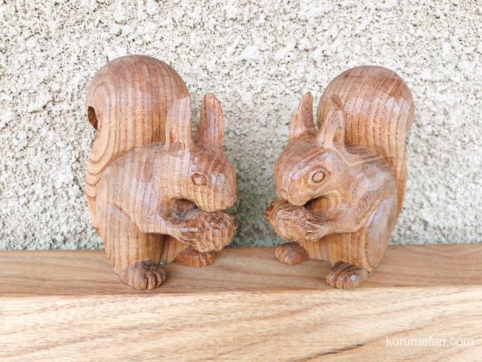 看板の上に木彫りのリス