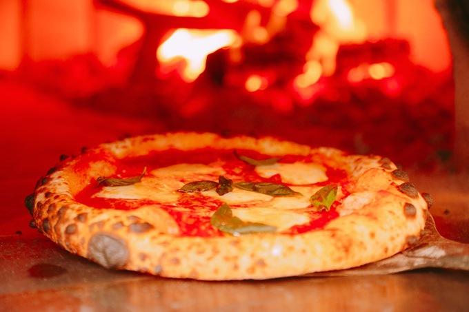 ピッツェリア アメニータ薪窯で焼いたピザ
