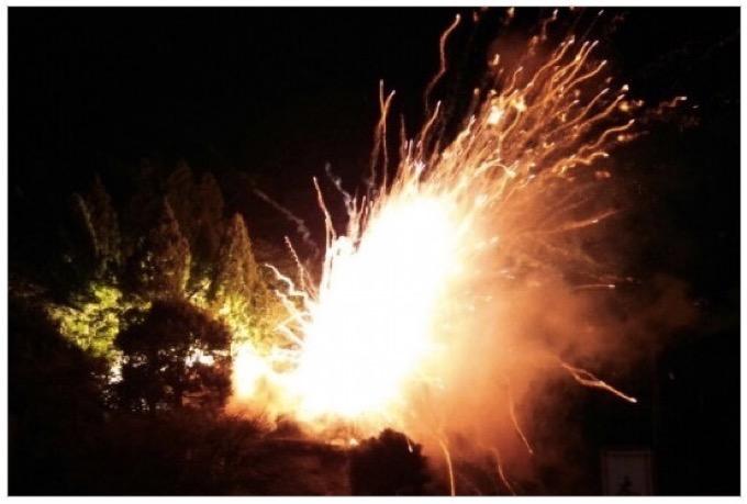 「花火動乱蜂」爆音とともに花火が四方八方に飛び散る大迫力の花火【久留米市山川町】
