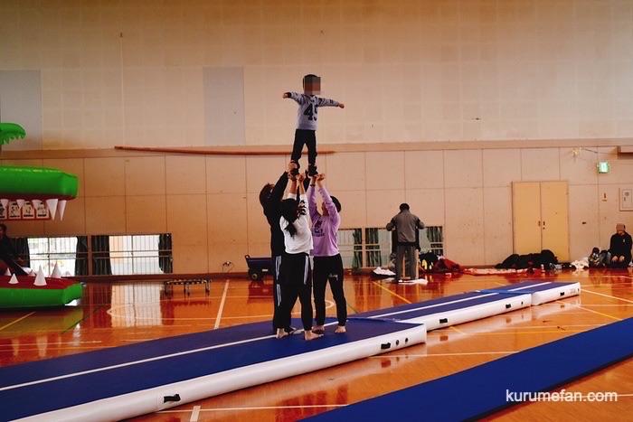 久留米市安武小学校体育館の自主練習場で遊ぶ子どもたち