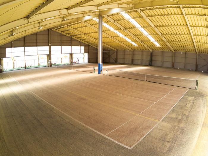 ブリヂストン久留米アリーナ インドアテニスコート2面、プロスペック砂入り人工芝へ全面張り替えリニューアル