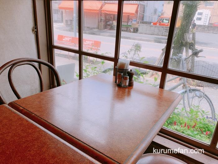 ハンバーグのお店ミヤザキ 店内 窓際のテーブル席