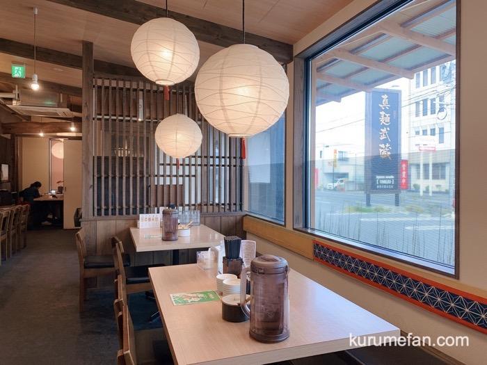 真麺武蔵(TAKEZO)津福店 テーブル席 家族連れやグループでも訪れやすい雰囲気