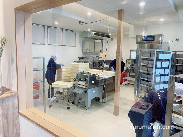 純生食パン工房HARE/PAN 佐賀店 レジのお隣で、食パンが製造