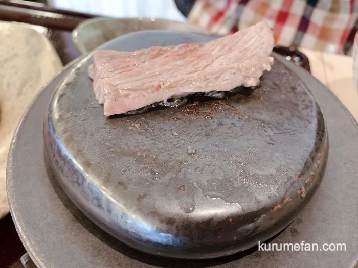 炉端焼 高田屋 ランチ 醤油麹のチャックテール ジュージューと肉が焼けていく