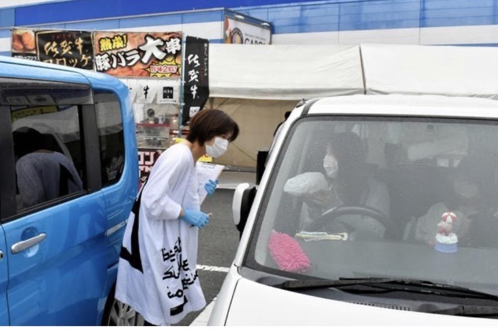 ドライ以前に開催されたドライブスルー方式による直売所の様子ブスルー方式の直売所