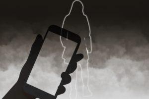久留米市上津町で盗撮事案が発生 男が女性に対し携帯電話を差し向ける