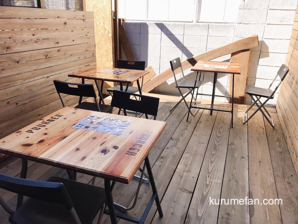久留米市 P-BURGER(ピーバーガー)店内の奥 テーブル席