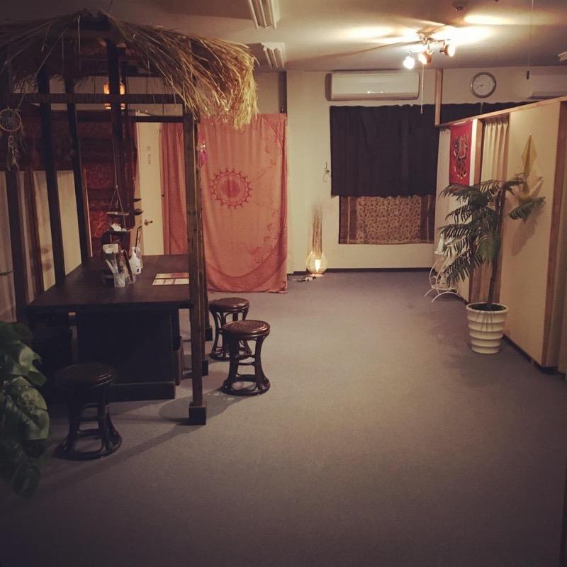 ほぐしサロン フロウ三潴本店 ダウンライトの落ち着いた店内 ゆっくりとリラックスできる癒やしの空間 施術台は全て個室