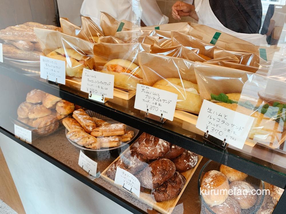 イルアル(iruaru)久留米市 店内 ショーケース内の色々なパン