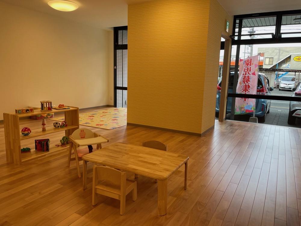 ニコニコ保育園 保育室内は木製の家具やおもちゃで揃えており、優しくて暖かい雰囲気