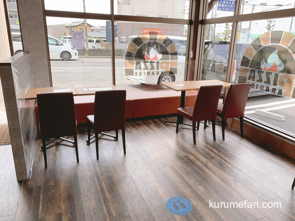 PIZZA PARADISE 店内 テーブル席があり、店内でも飲食可能