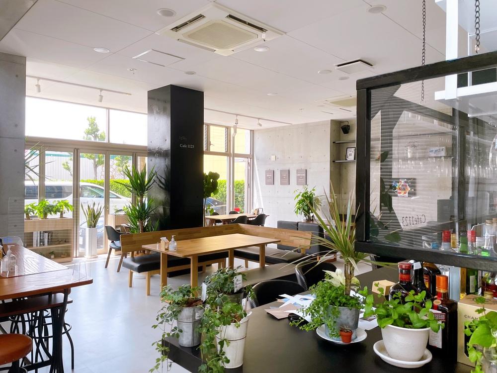cafe1123 久留米市 広々とした居心地の良い店内 大画面テレビやフリーWi-Fi完備