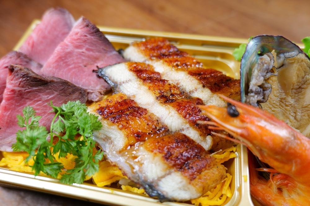 魚政「丑の日 特製弁当」鹿児島県産 朝焼きうなぎやローストビーフ、あわびとえびも!