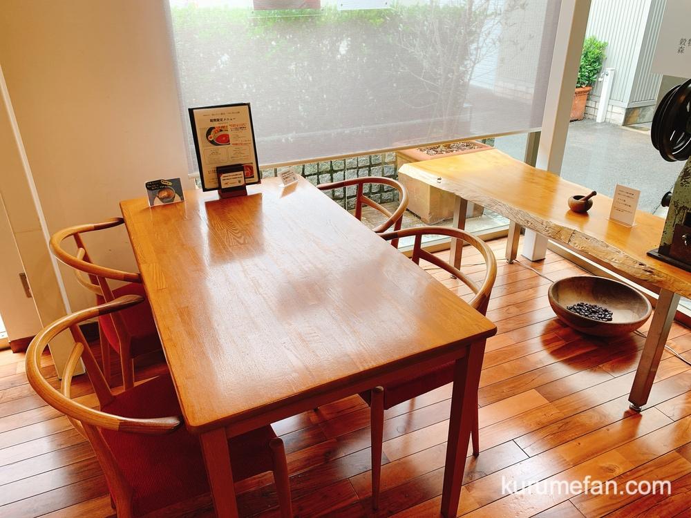 穀物屋 森光商店 併設のカフェ テーブル席